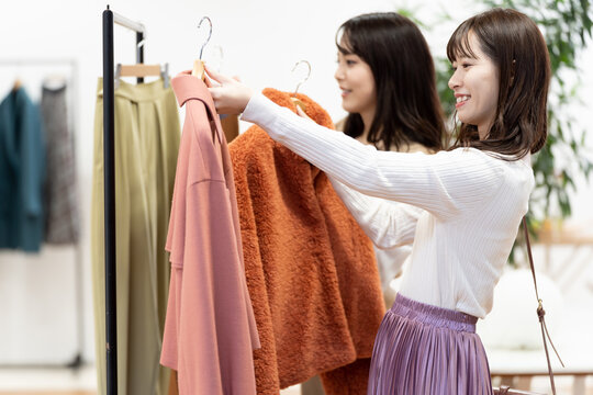 ブティックで買い物をする女性