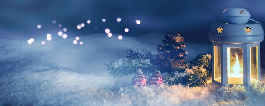 weihnachtsdekoration im schnee in der nacht