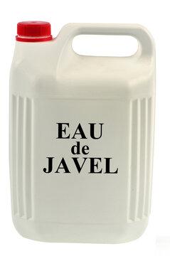 Bidon d'eau de javel en gros plan sur fond blanc