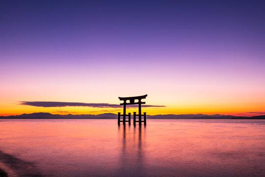 晩秋の琵琶湖 白髭神社 夜明け前