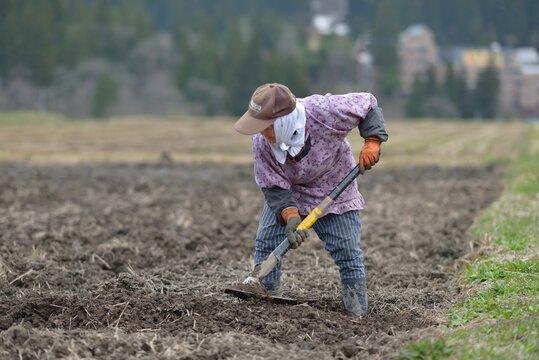 山里に生きる・土を耕す老女