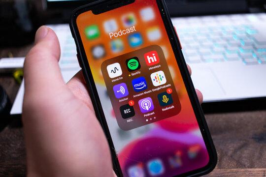 iOS ポッドキャスト/ラジオアプリ。stand.fm/Spotify/Himalaya/ANchor/Amazon Music/Google Podcasts/REC./Apple Podcast/Radiotalk。日本でも盛り上がりを見せる音声配信メディア。iPhone 11 Proの画面。2020年12月撮影