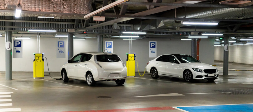 Electric cars are charged from the charging station in the parking lot of the shopping center.
