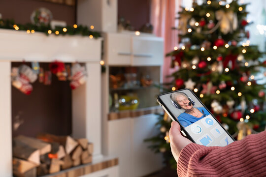 During the Corona Pandemic, the family does not get together at Christmas. The grandmother is online with the family with a headset via new media. The app is imaginary designed for old people.