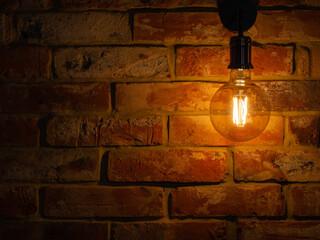 Fototapeta żarówka w stylu retro na tle cegły