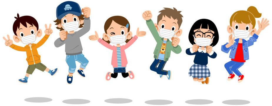 マスクをつけてジャンプする子どもたち