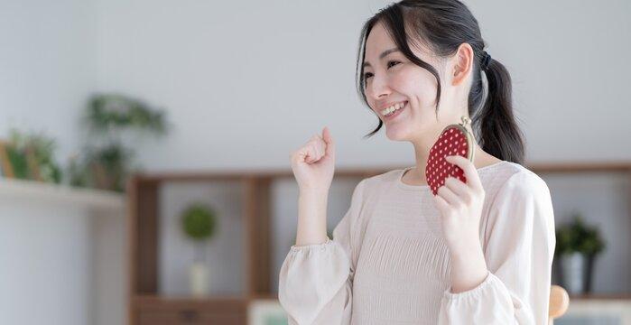財布を持つ アジア人女性