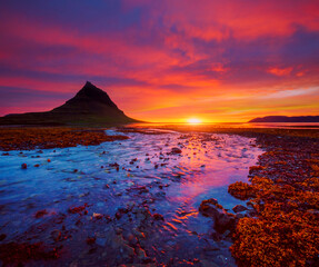 Wall Mural - Picturesque sunset over the Atlantic ocean. Location place Kirkjufell volcano, Snaefellsnes peninsula, Iceland, Europe.