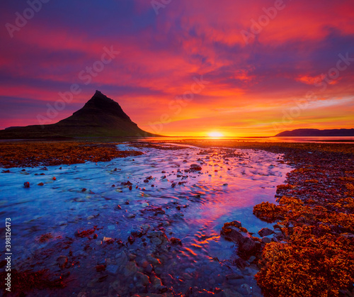 Wall mural Picturesque sunset over the Atlantic ocean. Location place Kirkjufell volcano, Snaefellsnes peninsula, Iceland, Europe.
