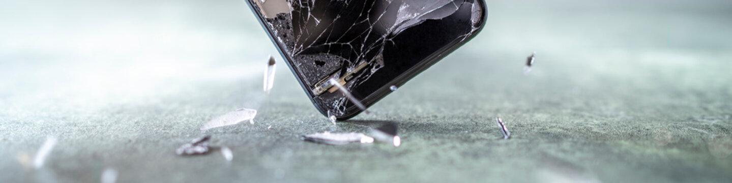 Smartphone rutscht aus der Hand und das Display geht auf dem harten Fließenden zu Bruch