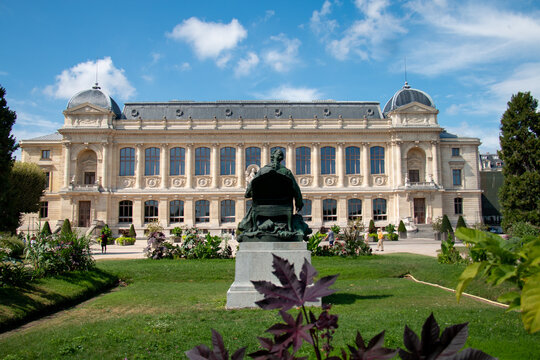 Jardin de Plantes - main botanical garden in France. The exterior of the Grande Galerie de l'evolution