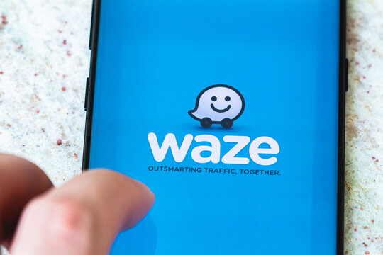 Aplicativo Waze. Fotografia da tela de um celular com a logo do aplicativo waze. O waze é um aplicativo de rotas que utiliza Gps. Brasília, Distrito Federal - Brasil. 26 de Fevereiro de 2020.