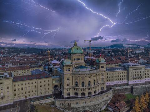 Bundeshaus Bern im Gewitter