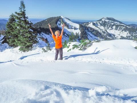 Wandern in den Bayerischen Alpen - Frau genießt den Schnee
