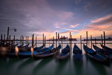 Venezia, tramonto in piazza San Marco con veduta sulle gondole e sullo sfondo la chiesa di San Giorgio maggiore