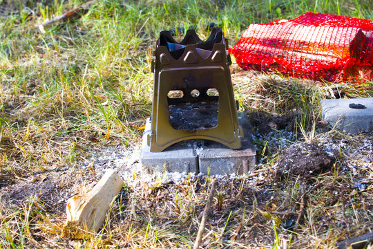 Burning foldable wood stove designed for cooking