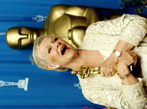 BEST SUPPORTING ACTRESS JUDI DENCH WITH OSCAR.