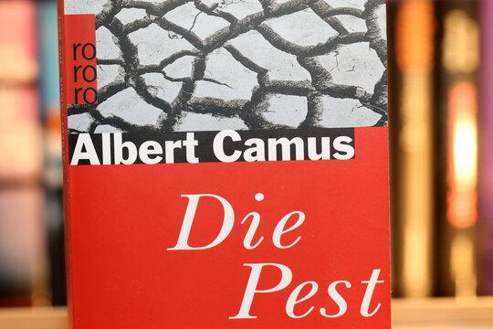 """Nahaufnahme vom Roman """"Die Pest"""" von Albert Camus"""