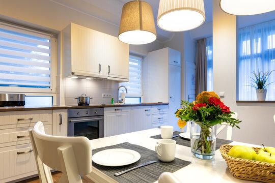 Küche mit gedecktem Tisch