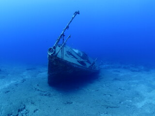 shipwreck underwater ship wreck for scuba divers to see metal on ocean floor