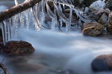 lunghe esposizioni lungo i torrenti in perido invernale con formazioni di ghiaccio, l'effetto seta che si crea lungo il corso d'acqua Fotobehang