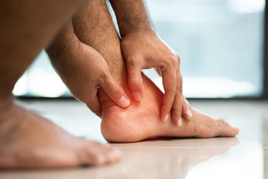 Sore feet cannot walk Use both hands to massage the feet.
