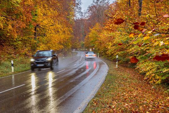 Verkehr auf einer nassen Landstrasse im Regen Oberbayern, Bayern, Deutschland
