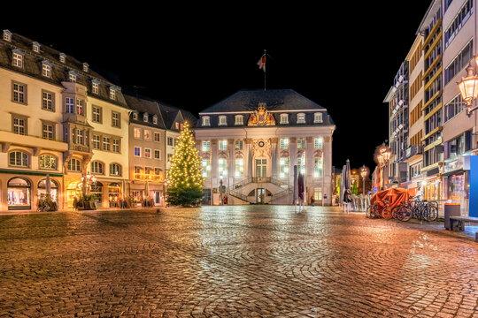 Weihnachtsdekoration auf dem Rathausplatz in Bonn