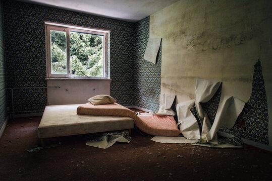 une chambre détruite. Une chambre abandonnée. Une pièce squattée et abandonnée. Un bâtiment abandonné