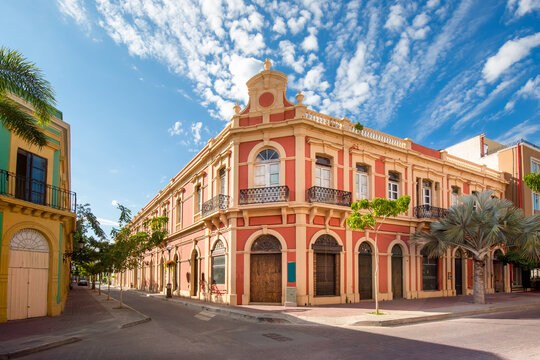Mexico, Mazatlan, Colorful old city streets in historic city center.