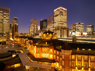 Fototapete - 夕暮れの東京駅と丸の内駅前広場
