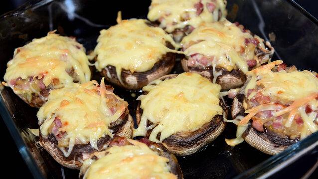 kartoffel, gefüllt mit pilzen und käse