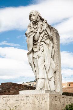 Statua di Santa Caterina da Siena e cielo azzurro sullo sfondo