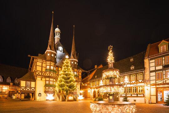 Hell erleuchtet Rathaus Wernigerode zu Weihnachten