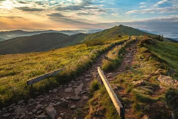 Popularny szlak górski grzbietem Połoniny Wetlińskiej niedługo po wschodzie słońca, Bieszczady, Polska
