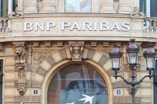 Banque BNP Paribas, enseigne d'une agence bancaire installée dans un immeuble ancien à Paris – novembre 2020 (France)