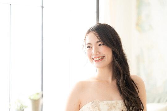 結婚式まえの最高に幸せそうな日本人の美しい花嫁さん コピースペースあり