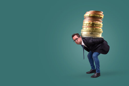 Schuldenlast tragen – Mann trägt Geldmünzen auf Rücken