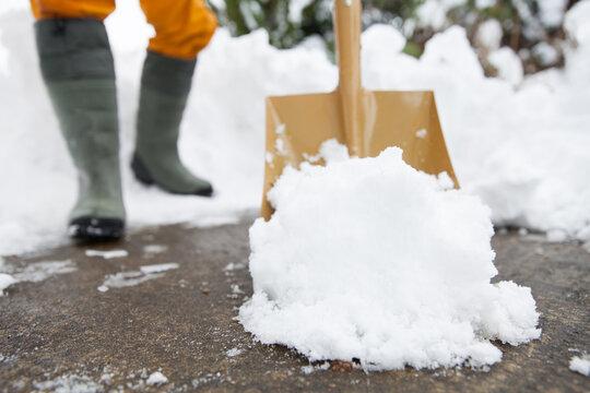スコップを使って除雪