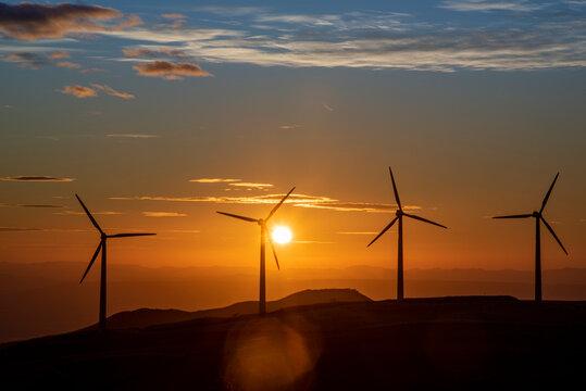 Espectacular atardecer en un parque eólico en Guanacaste de Costa Rica, con el sol en el horizonte
