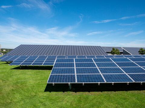 Solaranlage Photovoltaik mit blauen Himmel