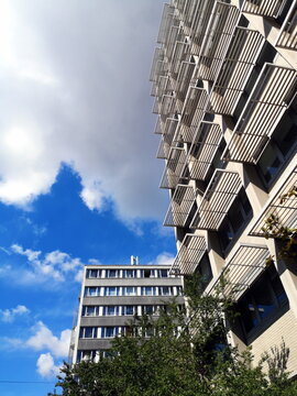 Moderne Fassade mit Sonnenschutz über dem Fenster bei Sonnenschein im Stadtteil Bockenheim in Frankfurt am Main in Hessen