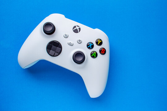 Calgary, Alberta, Canada. Jan 06, 2021. A White Xbox Wireless Controller, Robot White. Compatible Xbox Series X|S, Xbox One on a blue background.
