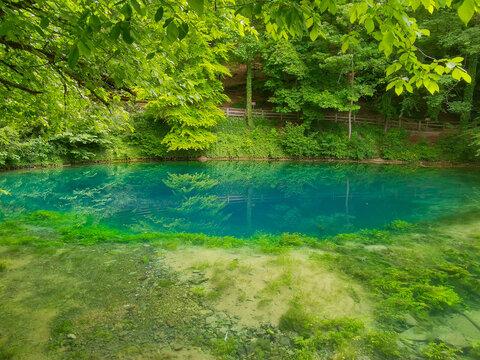 Blick auf den Blautopf mit türkisfarbenem Wasser