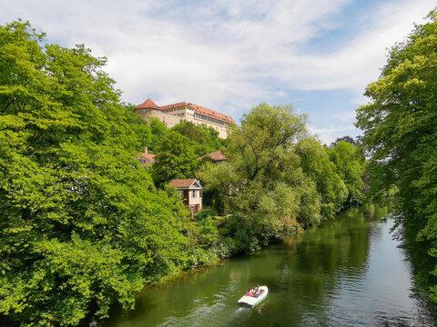 Blick auf den Neckar in Tübingen mit Bäumen und Häusern