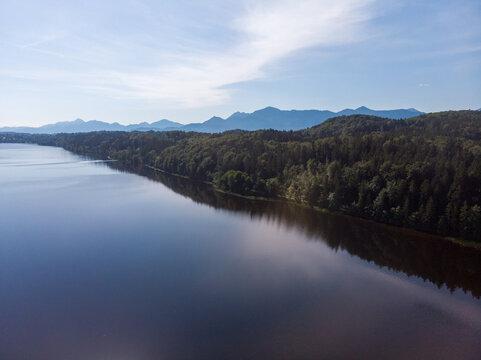 Luftbild vom Staffelsee mit Bergen und Wäldern