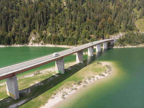 Luftbild von der Sylvenstein-Stauseebrücke mit Wald