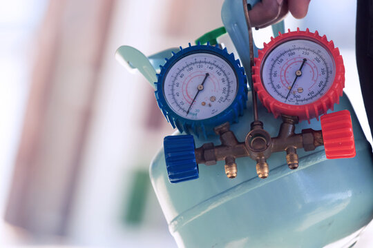 Manifold Gauge for measuring the refrigerant pressure of air conditioners