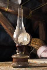 Obraz Stara lampa naftowa na strychu - fototapety do salonu