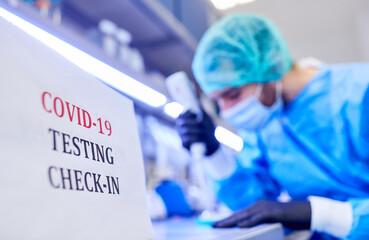 Covid-19 Test Check-In im Labor bei Coronavirus Pandemie
